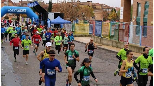 Un centenar de personas toman parte en la carrera y marcha de kilómetros solidarios