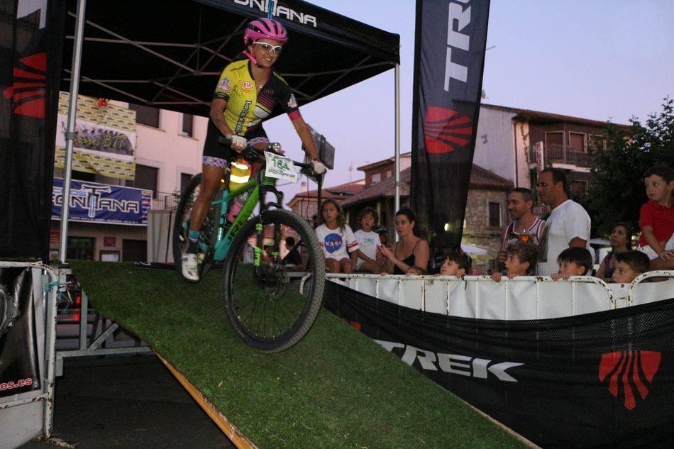 Linares de Riofrío vive una emocionante BTT con la novedad de la prueba nocturna